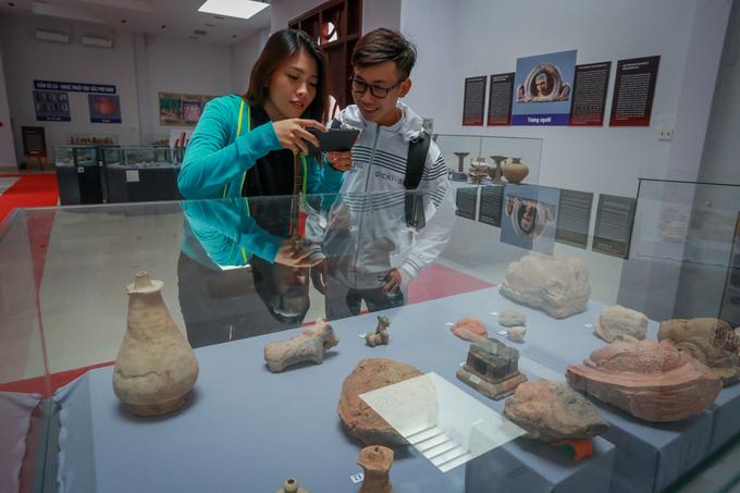 Phù điêu, trang sức gốm hàng nghìn năm tuổi trưng bày tại An Giang