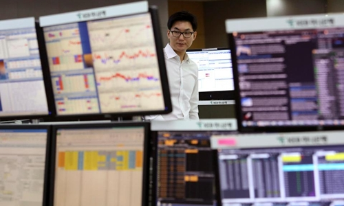 Kinh tế toàn cầu sẽ bị ảnh hưởng nếu hệ thống tài chính Hàn Quốc bị tấn công bởi xung điện từ, Ảnh minh họa: AP.