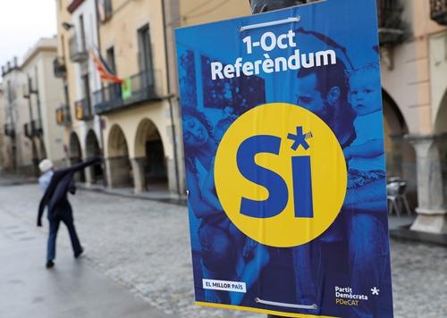 Biểu ngữ Có vận động cho chiến dịch trưng cầu dân ý tách Catalan khỏi Tây Ban Nha ở thị trấn Amer, Catalan, Tây Ban Nha. Ảnh: Reuters.