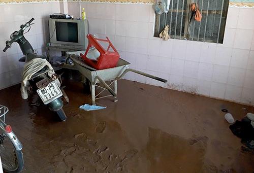 Nước cùng bùn tràn vào khiến vật dụng trong gia đình người dân hư hỏng. Ảnh: Xuân Thắng