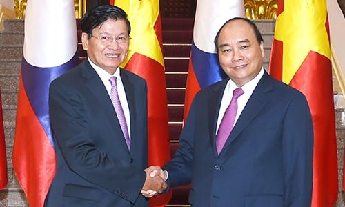 Thủ tướng Nguyễn Xuân Phúc bắt tay Thủ tướng Lào Thongloun Sisoulith. Ảnh: VGP.