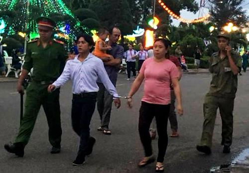 Đôi nam nữ bị bắt quả tang móc túi trong đêm lễ hội Trung thu. Ảnh: Trường Hà