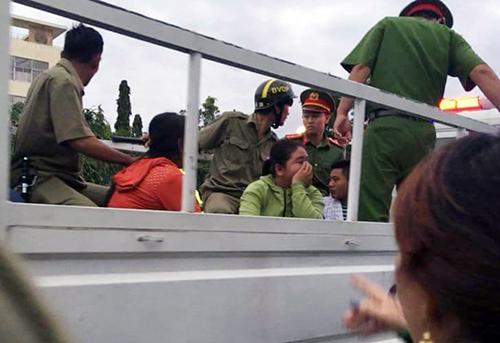 Hàng chục người bị bắt giữ. Ảnh: Trường Hà.