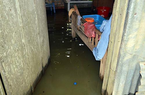 Người dân sống chung ngập nước quanh năm. Ảnh: Phúc Hưng