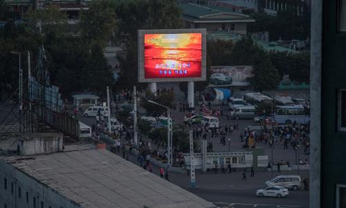 Màn hình lớn phát thông tin trên quảng trường ở thủ đô Bình Nhưỡng ngày 23/9 giữa ánh sáng lờ nhờ xung quanh. Ảnh: AFP.