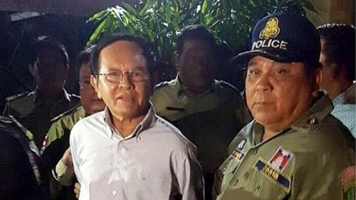 Ông Sokha (trái) bị bắt với cáo buộc phản quốc. Ảnh: AFP.