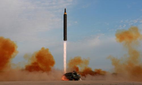 Tên lửa đạn đạo tầm xa Hwasong-12 của Triều Tiên. Ảnh: Reuters.