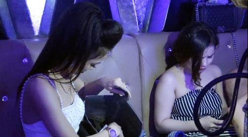 Những cô gái trong phòng Vip. Ảnh: Nhật Vy.