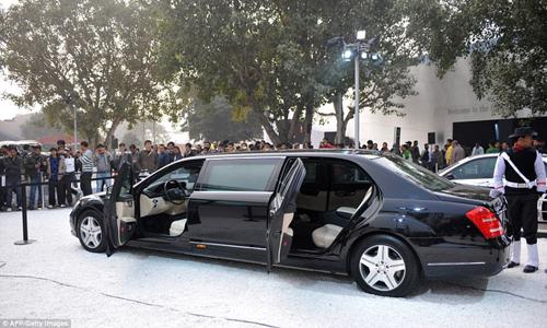 Xe Mercedes giúp vua di chuyển. Ảnh: AFP.