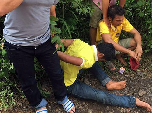 Hai thanh niên tấn công CSGT bị người dân vây bắt. Ảnh: Quốc Thịnh.