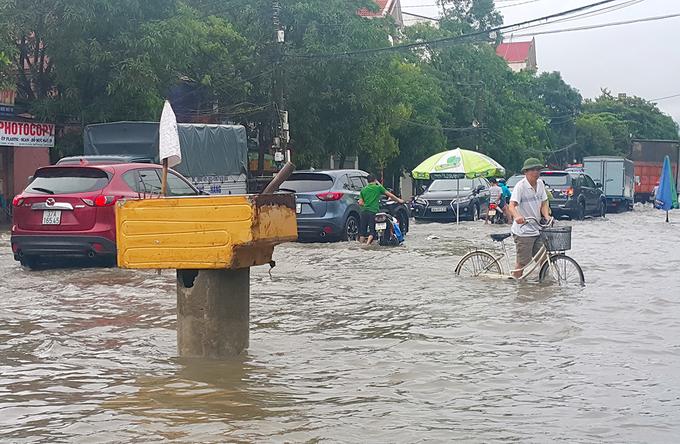 Đường phố Hà Tĩnh - Nghệ An thành sông sau đêm mưa lớn - Ảnh minh hoạ 13