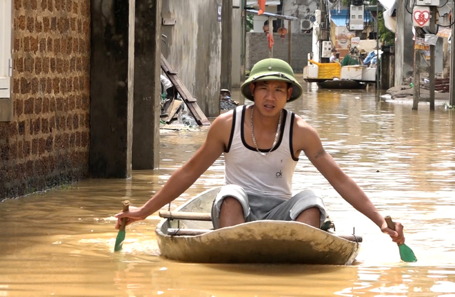 Vỡ đê bao, dân vùng ven Hà Nội bơi thuyền trong ngõ xóm