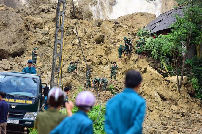 Cả trăm người đào bới tìm 18 nạn nhân bị vùi lấp - Ảnh minh hoạ 7