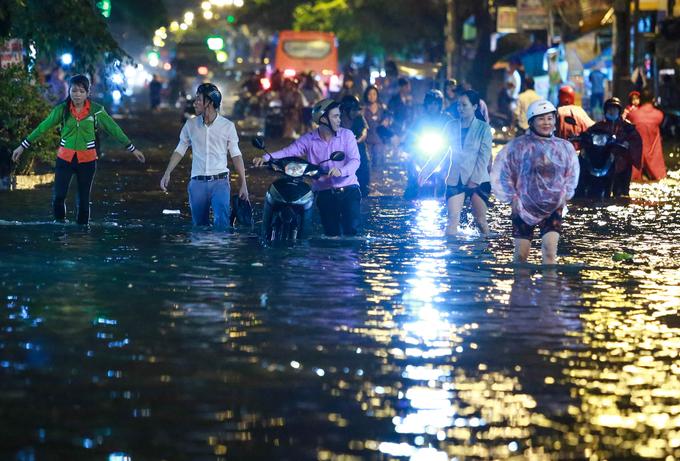 Đời sống: Đường Sài Gòn ngập nặng, giao thông rối loạn sau mưa lớn