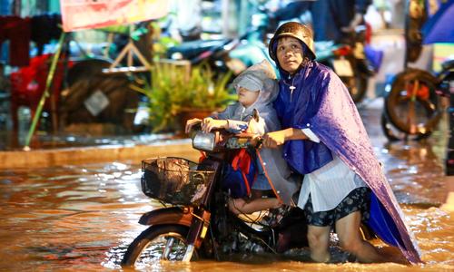 Đường Sài Gòn ngập nặng, giao thông rối loạn sau mưa lớn