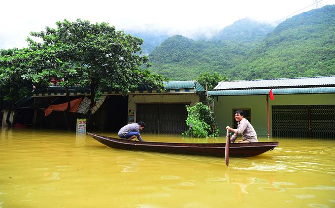Đường Hà Nội đi Tây Bắc tê liệt do ngập sâu 2m