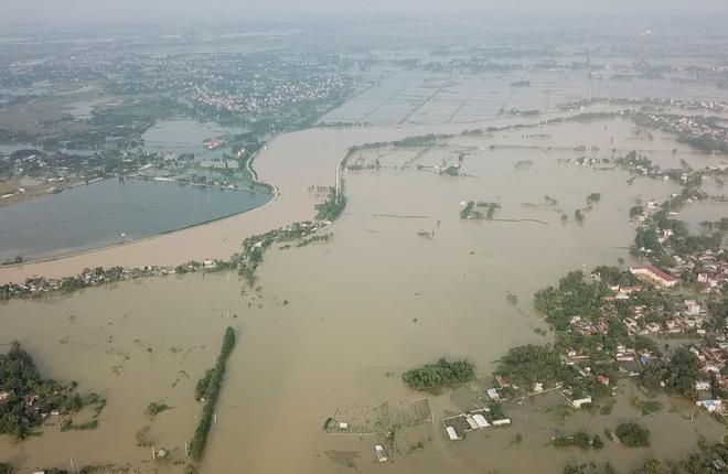 Huyện ngoại thành Hà Nội chìm trong biển nước nhìn từ flycam