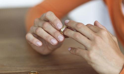 Quyết tâm rời xa chồng cờ bạc của người vợ trẻ