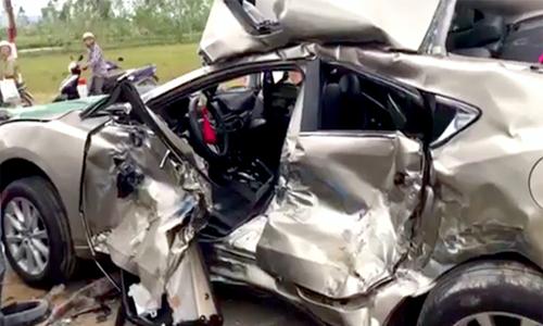 Tránh con bò, ôtô năm chỗ bị xe tải tông biến dạng