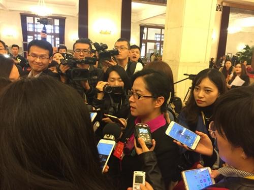 Đại biểu Yang Qiongying trả lời phỏng vấn. Ảnh: Thùy Trang.