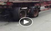 Xe container 4 bánh nát bươm vẫn phóng trên đường