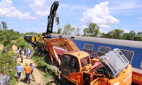 Quảng Bình khởi tố vụ án tàu hỏa bị lật do va chạm với xe múc