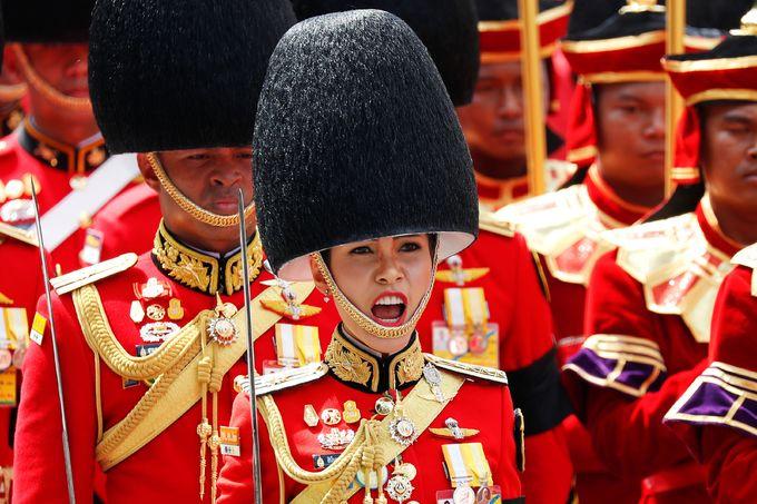 Đội cận vệ Hoàng gia Thái Lan đội mũ đen, mặc trang phục màu đỏ trong buổi lễ tiễn đưa cố vương. Ảnh: Reuters