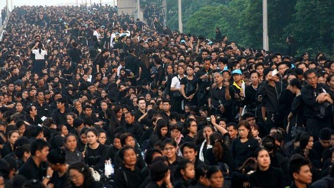 Quan chức Thái Lan cho biết có khoảng 250.000 người tập trung tại quảng trường để có cơ hội nhìn thấy đức vua Bhumibol lần cuối. Ảnh: RTE.