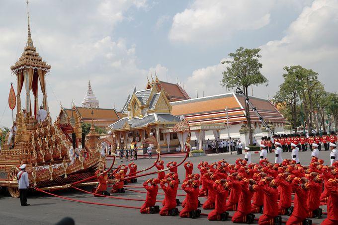 Linh cữu cố vương Bhumibol đặt trên Linh xa Đại thắng, di chuyển từ Đại Cung điện tới khu hóa thân hoàn vũ. Ảnh: Reuters.