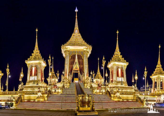 Khu hóa thân hoàn vũ bao gồm 9 tòa tháp mạ vàng, tượng trưng cho núi Meru, nơi được xem là trung tâm vũ trụ theo quan niệm của đạo Hindu. Người Thái Lan quan niệm sau khi băng hà, linh hồn các vị vua sẽ bay về ngọn núi thiêng Meru. Ảnh: Kingrama9.
