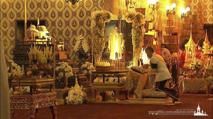 Vua Maha Vajiralongkorn quỳ trước di ảnh vua cha trong buổi lễ sáng nay. Ảnh: Kingrama9.