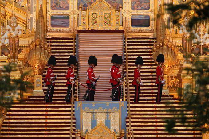 Đội cận vệ Hoàng gia đứng canh gác ở khu hóa thân hoàn vũ trước khi buổi lễ bắt đầu. Ảnh: Reuters.