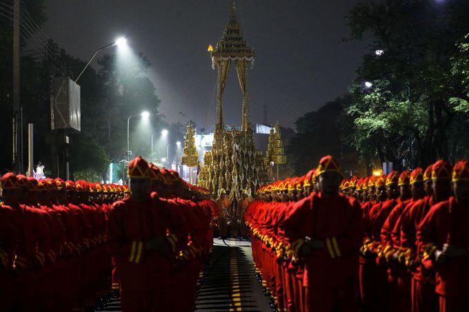Hàng nghìn người dân Thái Lan từ khắp cả nước đã kéo tới Bangkok từ nhiều ngày trước để chứng kiến lễ rước linh cữu cố vương. Ảnh: Reuters.