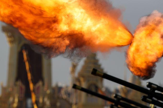 Đại bác khai hỏa trong lễ tang cố vương. (Ảnh: Reuters)