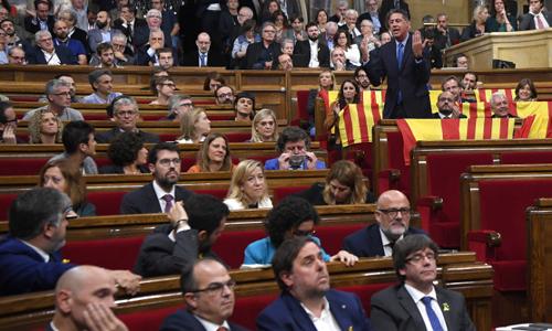 Hình ảnh các nghị sĩ Catalonia tranh luận tại nghị viện trước cuộc bỏ phiếu tuyên bố độc lập. Ảnh: AFP.