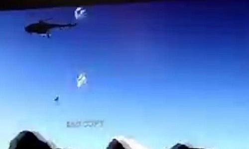 Khoảnh khắc trực thăng quân sự Ấn Độ gặp nạn do vướng dù