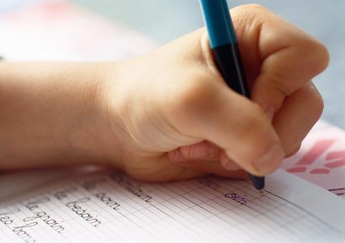 Trẻ thuận tay trái có nên sửa tay phải?