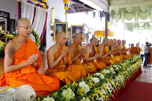 quoc-vuong-thai-lan-sac-phong-tuoc-vi-chao-khun-cho-nha-su-viet-nam-1