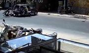 4 người đi xe máy ngã văng vì ôtô lùi ẩu