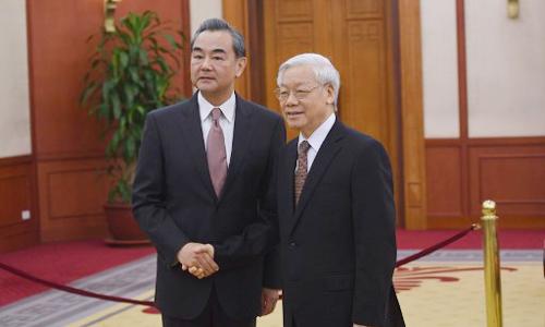Tổng Bí Thư Nguyễn Phú Trọng bắt tay Ngoại trưởng Trung Quốc Vương Nghị tại buổi tiếp. Ảnh: AFP.
