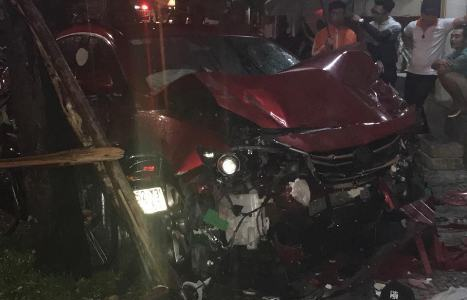 Ôtô 4 chỗ lao thẳng vào quán nhậu, tông chết một phụ nữ