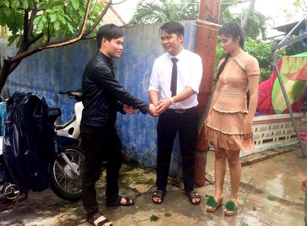 Do mưa bão nên ít khách đến dự tiệc cưới.