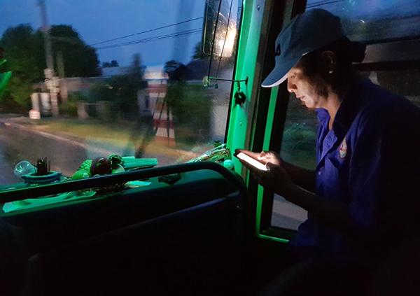 phụ xe liên tục cập nhật tình hình mưa bão. Ảnh: Phước Tuấn.