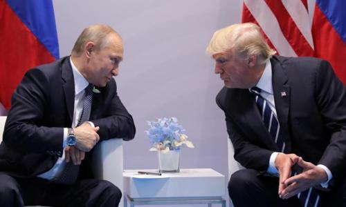 Tổng thống Nga Putin (trái) và Tổng thống Mỹ Trump tại cuộc gặp ở Humburg, Đức. Ảnh: Reuters.