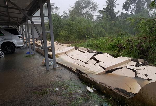 Một bức tường đổ sập ở Khánh Hòa. Ảnh: Phước Tuấn.