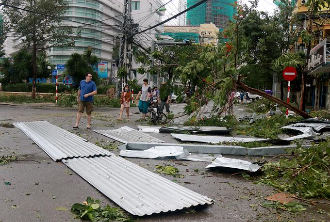 Đường phố Nha Trang ngổn ngang sau bão Damrey - Ảnh minh hoạ 2