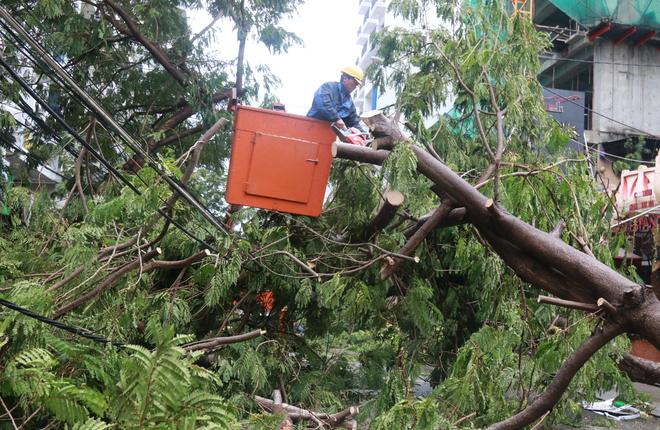 Nha Trang dọn dẹp đường phố sau bão Damrey