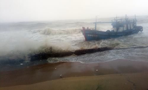 Tàu hàng bị sóng đánh chìm ở cảng Quy  Nhơn.