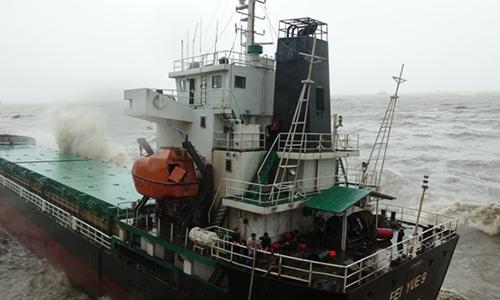 Huy động cứu hộ tìm 11 người trên tàu đắm trong bão Damrey