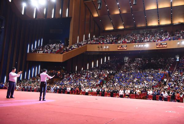 Hàng nghìn sinh viên chăm chú nghe ông Jack Ma chia sẻ.